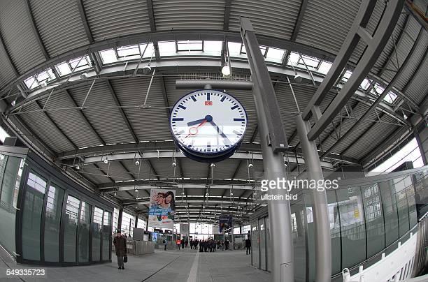 Baustelle Ostkreuz Blick in die neue grosse Bahnhofshalle fuer die Ringbahn die seit heute morgen fuer den Ringbahnverkehr freigegeben wurde