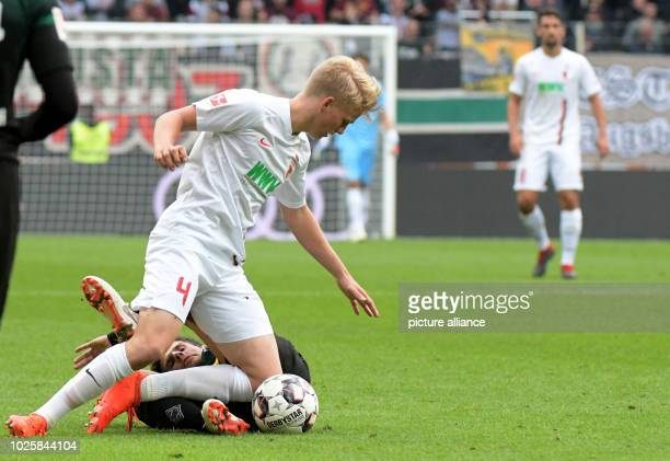 Soccer Bundesliga 2nd matchday FC Augsburg Borussia Mönchengladbach Mönchengladbach in the WWKArena Augsburg's Felix Götze and Jonas Hofmann von...