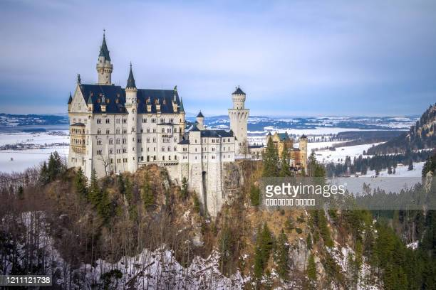bavaria, germany. fairytale neuschwanstein castle in bavarian alps mountains in winter - rey mago fotografías e imágenes de stock