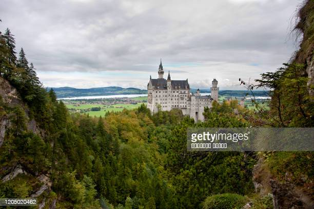 bavaria, germany. fairytale neuschwanstein castle in bavarian alps mountains. - rey mago fotografías e imágenes de stock