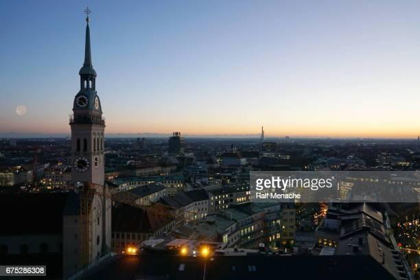 Bayern. München - Panorama-Blick auf die Kirche St. Peter in der Dämmerung.