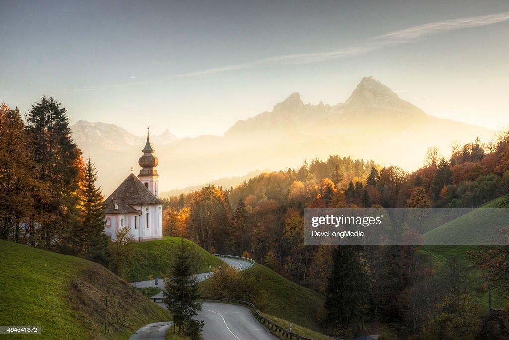Bayerische Alpen mit Sonnenuntergang funkelnden auf Remote-Kirche : Stock-Foto