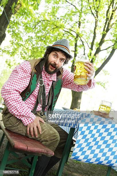 uomo barbuto bavarese in un biergarten - cultura tedesca foto e immagini stock