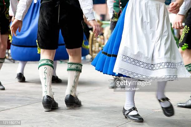 Bayerische paar Tanzen beim oktoberfest
