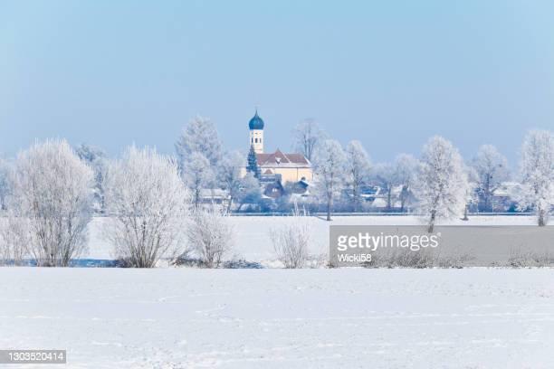 beiers sneeuwlandschap met landkerk - diepe sneeuw stockfoto's en -beelden