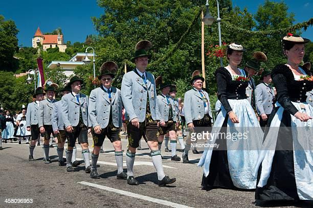 bavarians en el vestuario en gautrachtenfest tradicional - pantalón de cuero fotografías e imágenes de stock