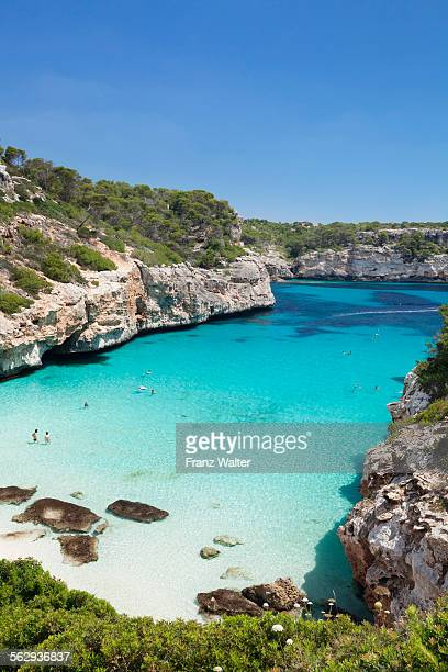 bay and beach of cala d'es moro in cala s'almonia, santanyi, majorca, balearic islands, spain - bahía fotografías e imágenes de stock