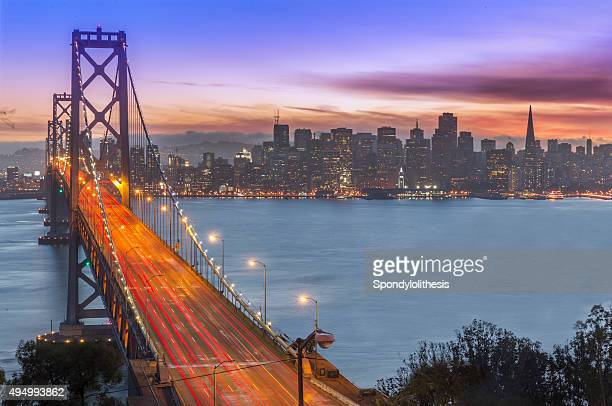 Le pont Bay Bridge et San Francisco, au coucher du soleil