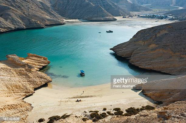 bay in desert mountains - gulf of oman photos et images de collection