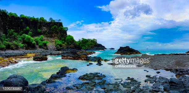 bay of pigs (baia dos porcos), in fernando de noronha. volcanic stones, crystal clear sea with various shades of green in the background, and natural pools carved in the rocks. - crmacedonio stock-fotos und bilder