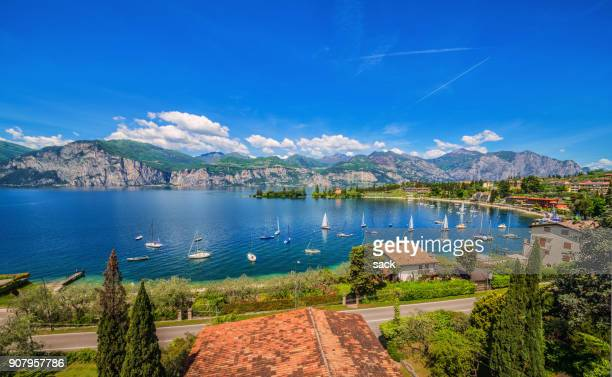 bay of spiaggia val di sogno, malcesine (lake garda) - malcesine stock pictures, royalty-free photos & images
