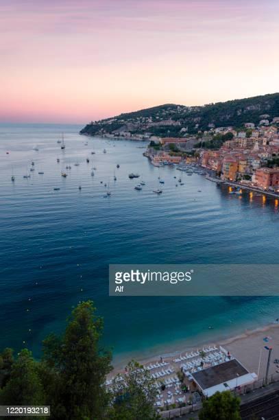bay of villefranche sur mer, cote d'azur, french riviera, france - bateau de plaisance photos et images de collection