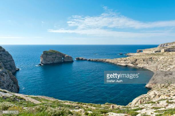 bay with fungus rock and the azure window, limestone known as lower corallian, dwejra bay and dwejra point, west coast, gozo, malta - dwejra stock-fotos und bilder