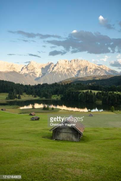 bayerische alpen - garmisch partenkirchen - mittenwald fotografías e imágenes de stock