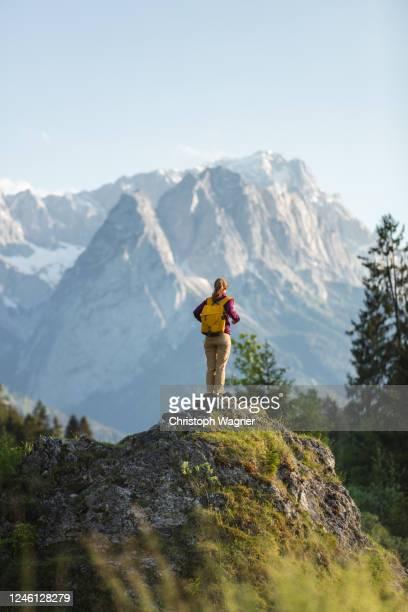 bayerische alpen - garmisch partenkirchen - travel stock-fotos und bilder