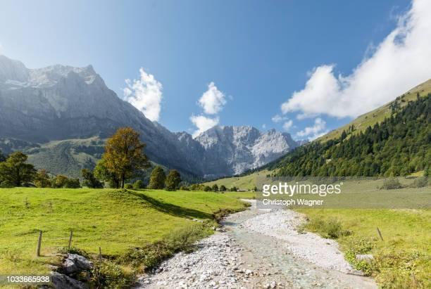 bayerische alpen - großer ahornboden - idylle stock-fotos und bilder