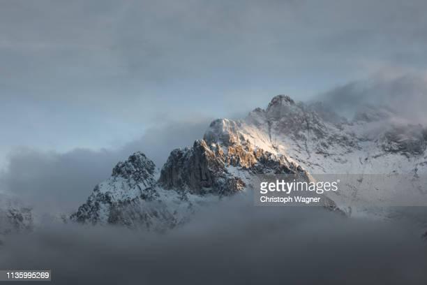 bayerische alpen - mittenwald and isar - mittenwald fotografías e imágenes de stock