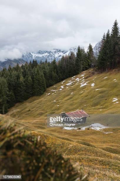 bayerische alpen - mittenwald und karwendel - mittenwald fotografías e imágenes de stock