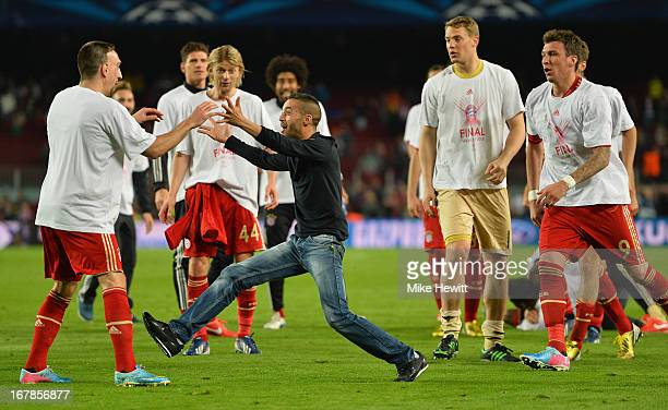 Bayern fan celebrates with Frank Ribery of Bayern Munich during the UEFA Champions League semifinal second leg match between Barcelona and FC Bayern...