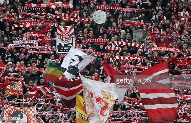 FC Bayern Fans mit Meisterschalen 1 Bundesliga Fussball Eintracht Frankfurt FC Bayern München 01 FC Bayern feiert die deutsche Fussball Meisterschaft...