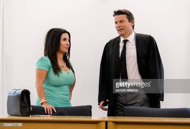 Die Angeklagte Leily H unterhält sich vor Beginn ihrer Verhandlung im Oberlandesgericht mit ihrem Rechtsanwalt Norman Synek Schauspieler Krüger...