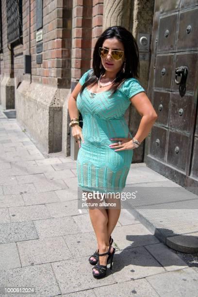 Die Beklagte Leily H kommt zu ihrer Verhandlung im Oberlandesgericht Schauspieler Krüger junior will vor Gericht bewirken dass Leily H nicht mehr...