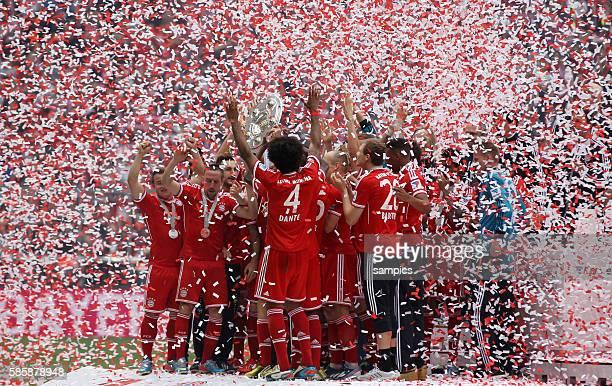 Bayern München feiert die 23. Deutsche Meisterschaft Mannschaft mit Schale im Konfetti regen Fussball Bundesliga : FC Bayern München - FC Augsburg
