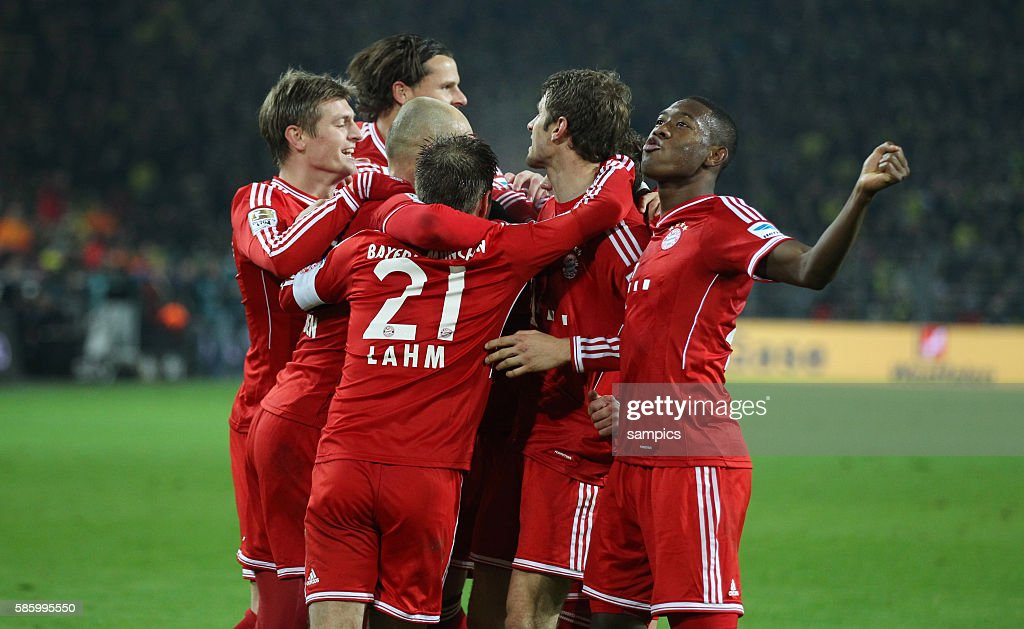 Fc Bayern Munchen Spieler Jubel Mit Toni Kroos Daniel Van