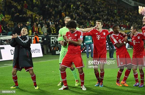 FC Bayern München Spieler jubeln mit den Fans RAFINHA und Dante tanzen Fußball 1 Bundesliga Borussia Dortmund FC Bayern München 03