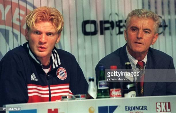 Bayern Münchens Mittelfeldspieler Stefan Effenberg gibt auf einer Pressekonferenz am 2091998 im Münchner Olympiastadion nach dem...