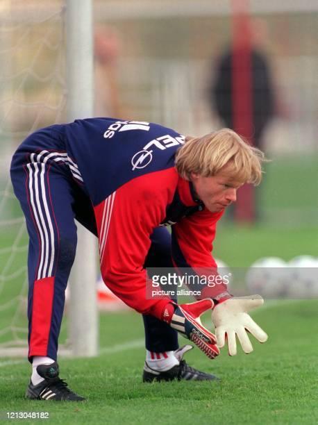 Bayern Münchens Torhüter Oliver Kahn erwartet am 1941999 im Mannschaftstraining auf vereinseigenem Gelände einen Ball Der FC Bayern München bereitet...