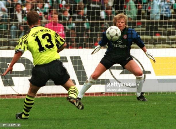Bayern Münchens Torhüter Oliver Kahn muß zwar bei diesem Schuß des Dortmunders Lars Ricken im Bundesligaspiel am 220495 im Münchner Olympiastadion...