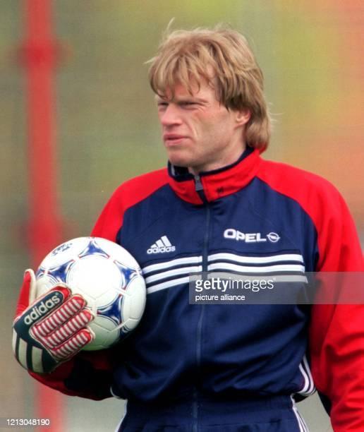 Bayern Münchens Torhüter Oliver Kahn trägt einen Ball am 1941999 im Mannschaftstraining auf vereinseigenem Gelände Der FC Bayern München bereitet...