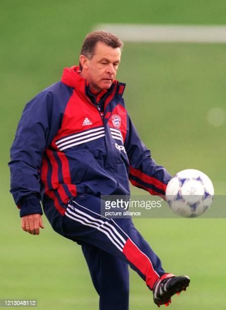 Bayern Münchens Trainer Ottmar Hitzfeld jongliert den Ball am 1941999 auf vereinseigenem Gelände im Training seiner Mannschaft die er auf das...