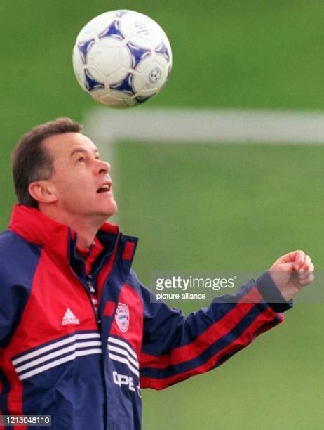 Bayern Münchens Trainer Ottmar Hitzfeld jongliert den Ball mit dem Kopf am 1941999 auf vereinseigenem Gelände im Training seiner Mannschaft die er...