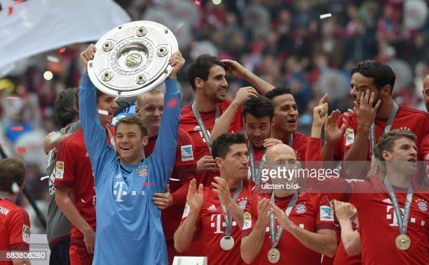 Bayern Muenchen - 1. FSV Mainz 05 Der FC Bayern feiert die 25. Deutsche Meisterschaft: Torwart Manuel Neuer reckt die Schale in die Lift: Robert...