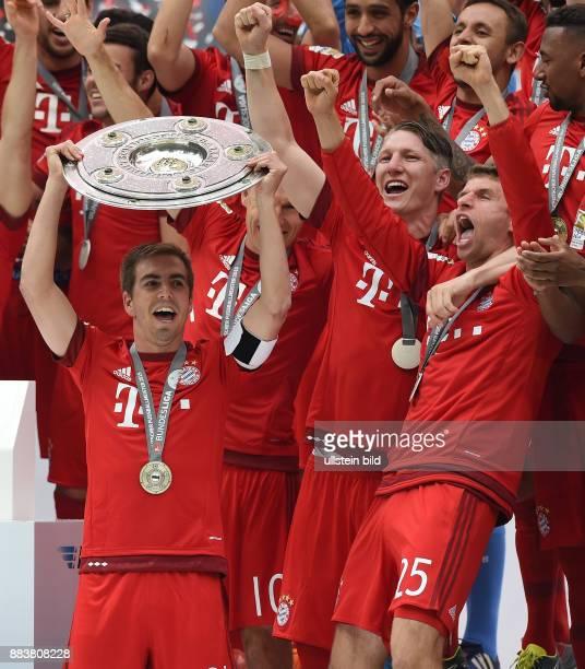 Bayern Muenchen - 1. FSV Mainz 05 Der FC Bayern feiert seine 25. Deutsche Meisterschaft: Philipp Lahm reckt die Meisterschale in die Hoehe, Bastian...