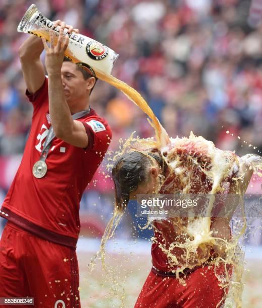 Bayern Muenchen - 1. FSV Mainz 05 Der FC Bayern feiert seine 25. Deutsche Meisterschaft: Robert Lewandowski goennt Bastian Schweinsteiger eine...