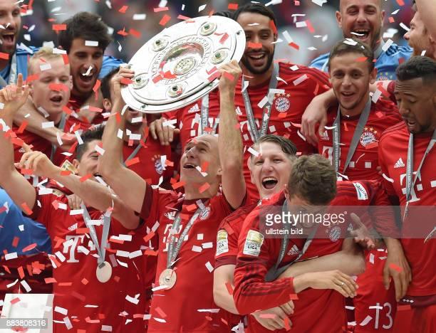 Bayern Muenchen - 1. FSV Mainz 05 Der FC Bayern feiert seine 25. Deutsche Meisterschaft: Robert Lewandowski, Arjen Robben, Bastian Schweinsteiger und...