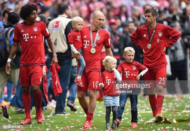 FUSSBALL 1 BUNDESLIGA SAISON FC Bayern Muenchen 1 FSV Mainz 05 Der FC Bayern feiert seine 25 Deutsche Meisterschaft Arjen Robben mit seinen Kindern...