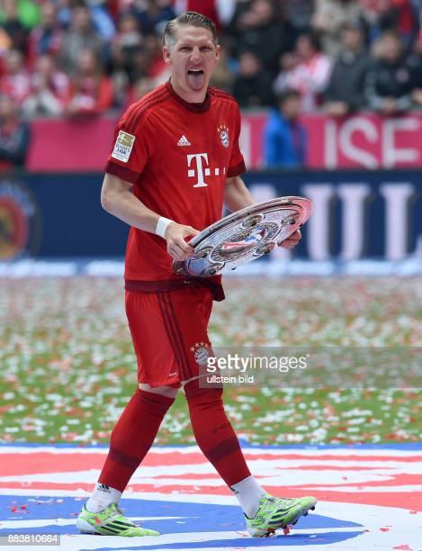 Bayern Muenchen - 1. FSV Mainz 05 Der FC Bayern feiert seine 25. Deutsche Meisterschaft: Bastian Schweinsteiger jubelt mit der Meisterschale und...