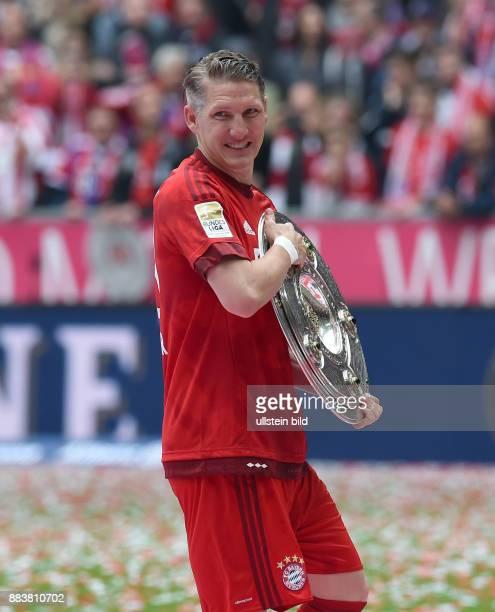 Bayern Muenchen - 1. FSV Mainz 05 Der FC Bayern feiert seine 25. Deutsche Meisterschaft: Bastian Schweinsteiger mit der Meisterschale