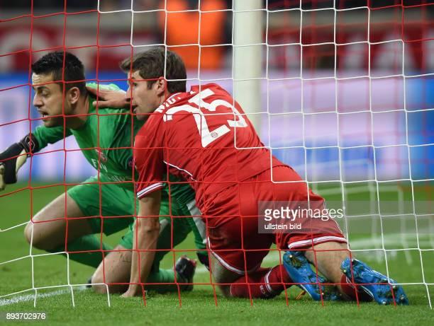 FUSSBALL CHAMPIONS FC Bayern Muenchen Arsenal London Thomas Mueller liegt nach verschossenem Elfmeter im Tor mit Torwart Lukasz Fabianski