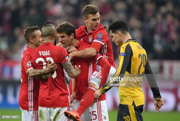 Bayern Muenchen - Arsenal London Torjubel: Rafinha, Arturo Vidal, Thomas Mueller und Joshua Kimmich . Granit Xhaka