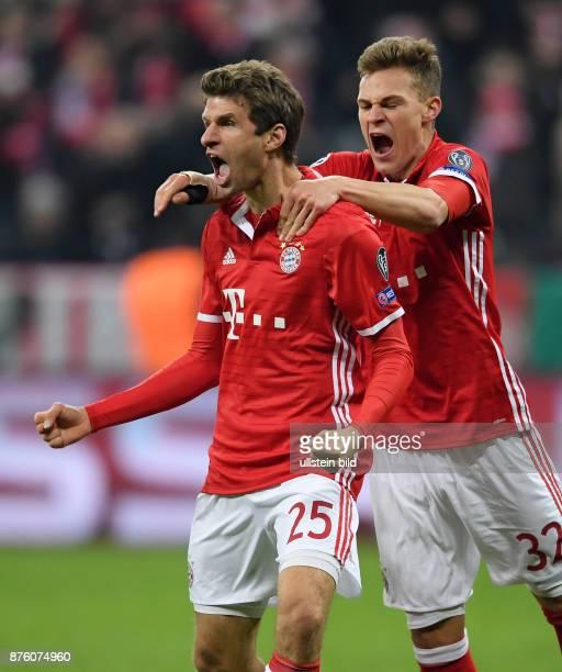 Bayern Muenchen - Arsenal London Torjubel: Thomas Mueller und Joshua Kimmich .