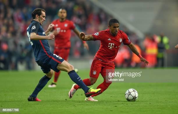 FUSSBALL FC Bayern Muenchen Atletico Madrid Diego Godin gegen Douglas Costa