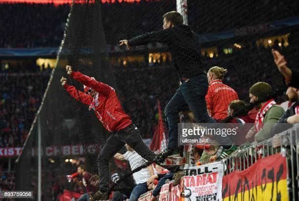 FUSSBALL FC Bayern Muenchen Atletico Madrid FC Bayern Ultras haengen im Fangnetz der Suedkurve in der Allianz Arena