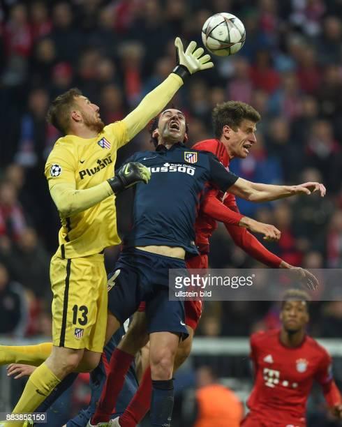 FUSSBALL FC Bayern Muenchen Atletico Madrid Torwart Jan Oblak und Diego Godin gegen Thomas Mueller