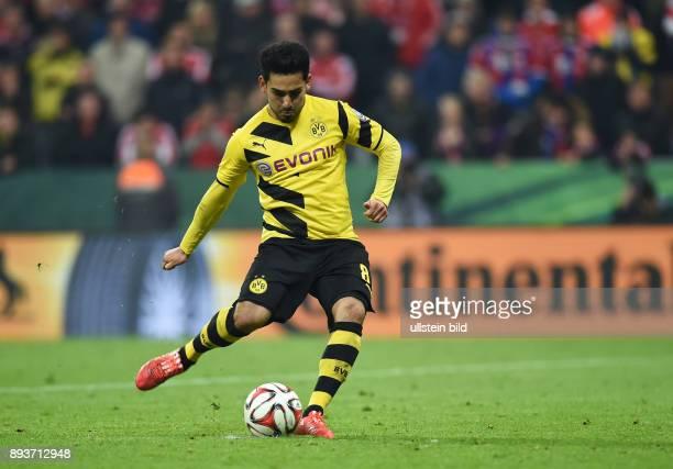 FUSSBALL FC Bayern Muenchen Borussia Dortmund Ilkay Guendogan verwandelt seinen Elfmeter beim Elfmeterschiessn