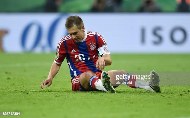 FUSSBALL FC Bayern Muenchen Borussia Dortmund Philipp Lahm rutscht bei seinem Elfmeter aus bleibt danach enttaeuscht am Boden sitzen